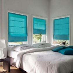 Slaapkamer met raamdecoratie