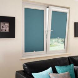 Woonkamer met raamdecoratie